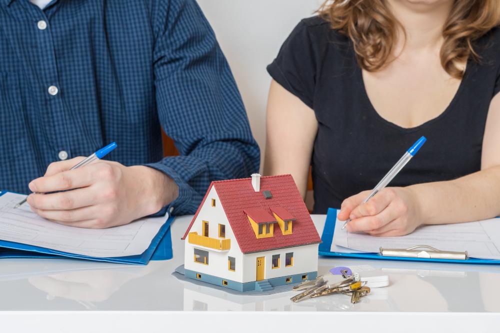kobieta i mężczyzna podpisujacy dokumenty rozwodowe