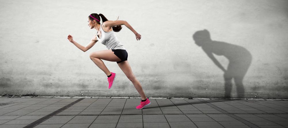 młoda kobieta zaczyna bieg