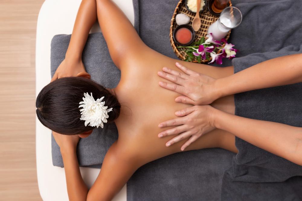 kobieta leżąca na leżance czekająca na masaż pleców