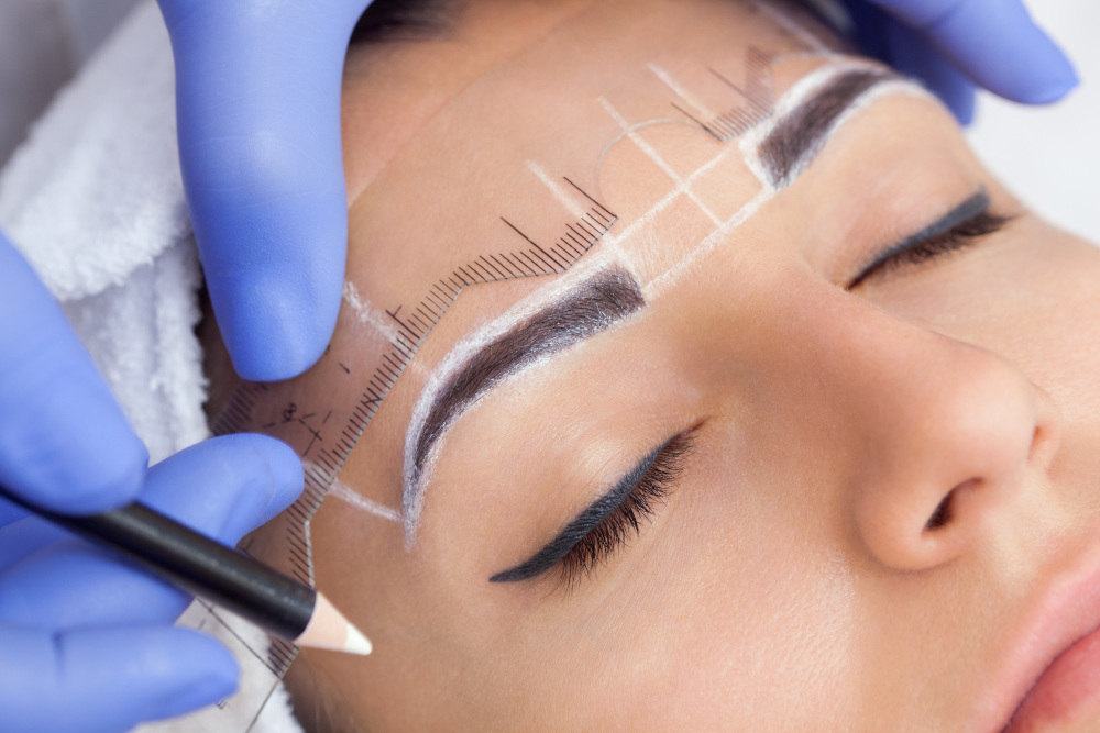 wykonywanie kobiecie makijażu permanentnego brwi